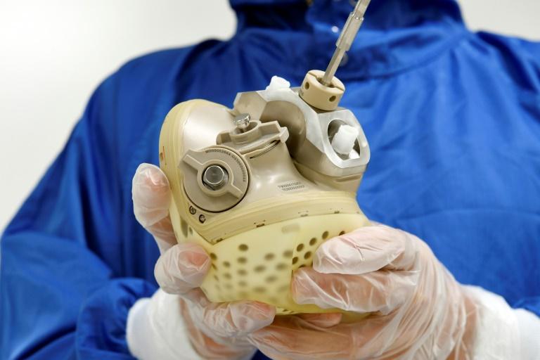 un-employe-de-la-societe-carmat-montre-un-prothese-de-coeur-artificiel-le-2
